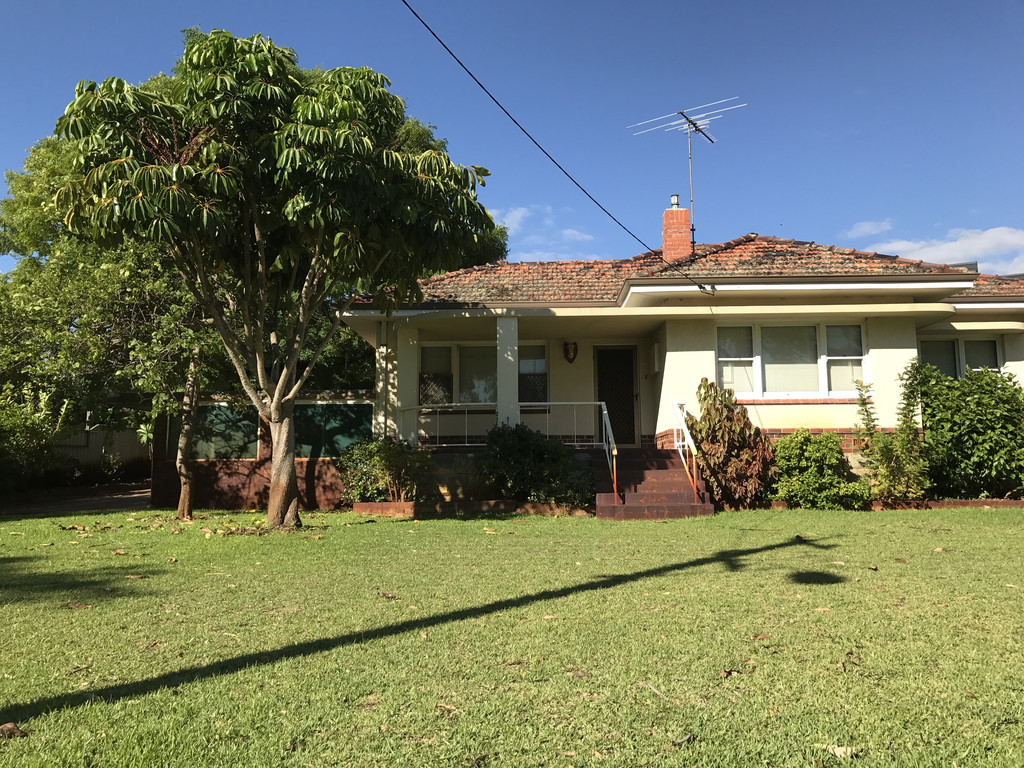 THREE BEDROOM FAMILY HOME WITH AIR CON!