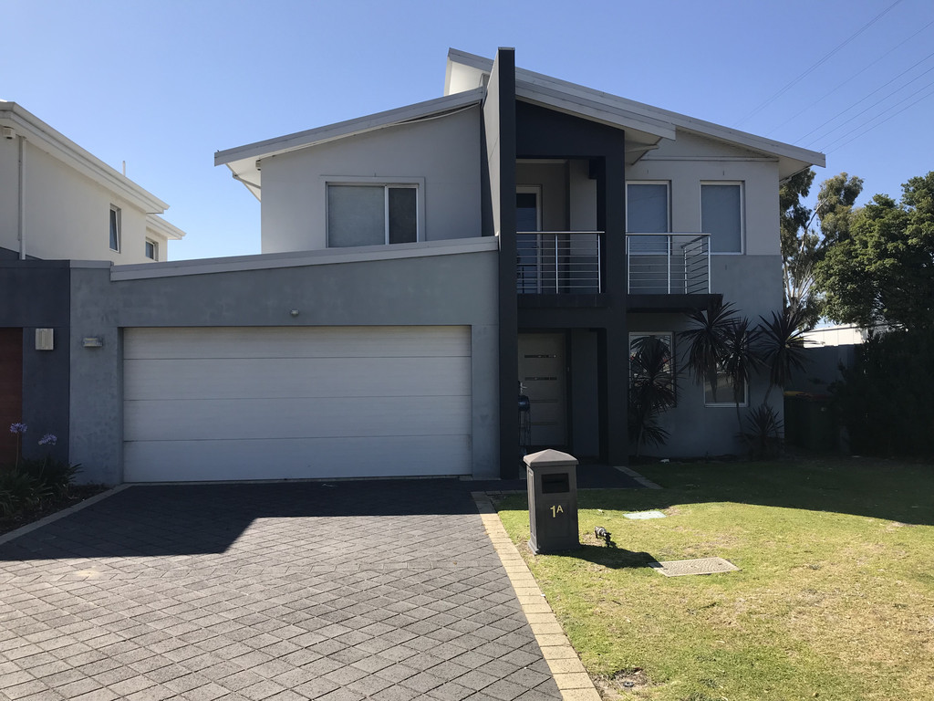 LARGE FAMILY HOME WITH AIR CONDITIONING