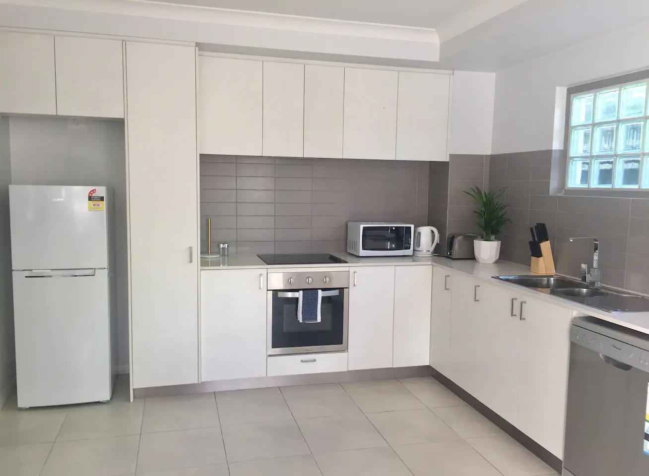 MODERN, NEAR NEW, DESIGNER FURNISHED APARTMENT WITH SPLIT SYSTEM AIR CON!!!