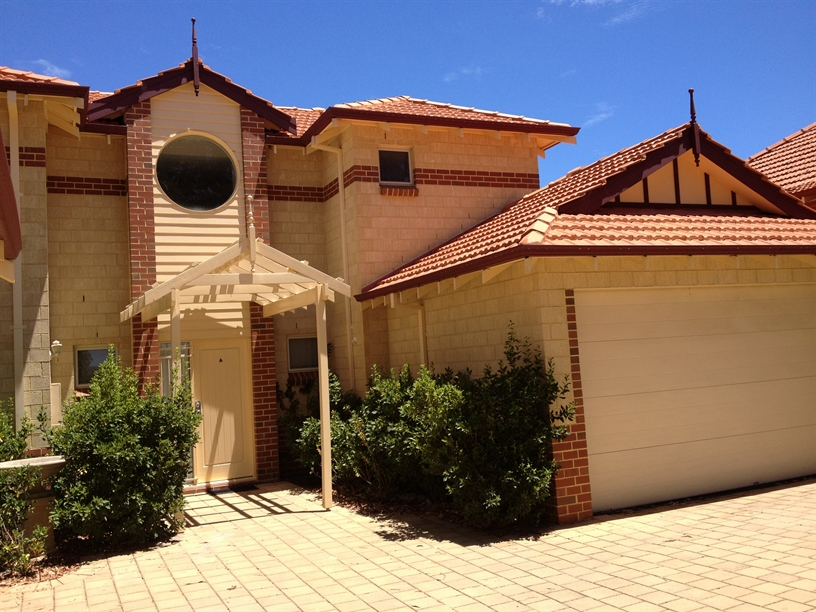 IMMACULATE 3 BEDROOM 2 BATHROOM UNFURNISHED TOWNHOUSE!